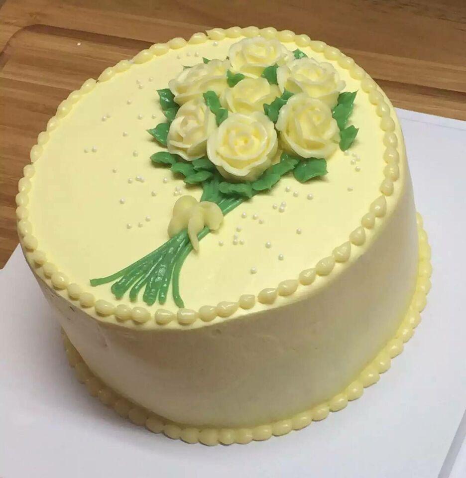 吐司 卡通蛋糕: 奶油打发,蛋糕抹胚,小汽车,小飞机等立体卡通造型蛋糕