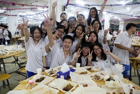 东莞学子高考后在学校食堂互相喷水狂欢