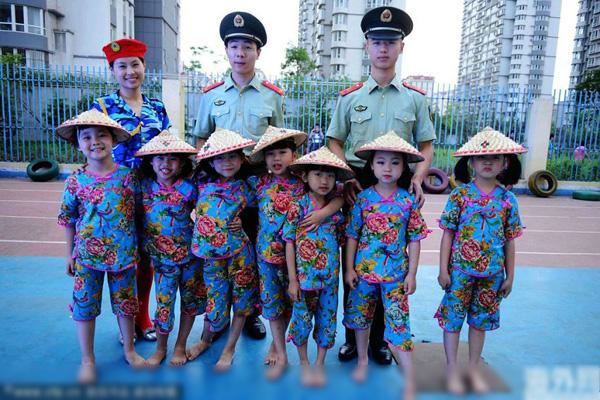 幼儿园毕业小朋友穿学士服走红毯
