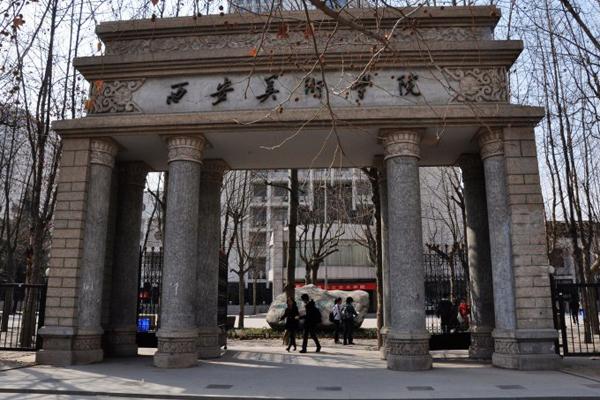 15、西安美术学院    西安美术学院(XianAcademyofFineArts)简称西美,位于世界历史名城古都西安,是中国西北唯一一所高等专业美术学府,陕西省重点建设的10所有特色、高水平大学之一,是拥有美术学、设计艺术学、艺术评论三个一级学科博士点的国内重点美术院校。   学校是中国八大美术学院中具有博士学位授予权的三所美术学院之一(另外两所是中央美术学院、中国美术学院)。   截至2014年,学校有8个硕士学位授权点,3个一级学科博士学位授权点,绘画学科是陕西省高等教育重点学科和名牌专业